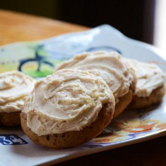 vanilla latte cookie, buttercream icing, cinnamon, coffee